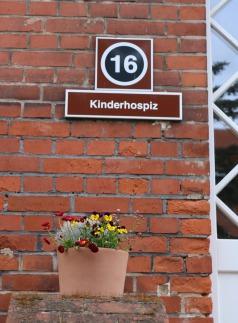 Zeigt den Eingang zum Kinderhospiz Magdeburg