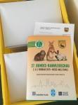 Box mit 50 fertigen Info-Mappen zum Versand.